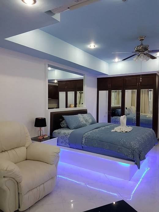 12-579_20A_20VT2A_20Bed_20with_20mood_20lighting[1]